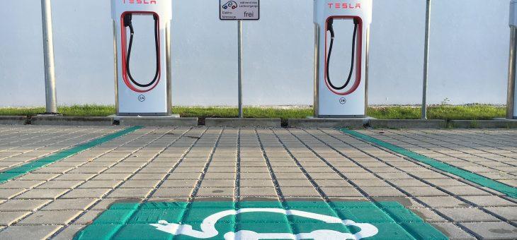 ¿Cómo benefician los automóviles eléctricos a la red eléctrica?