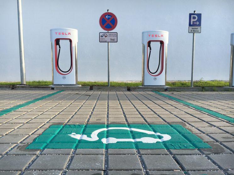 Cómo benefician los automóviles eléctricos a la red eléctrica